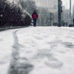 Mensch auf einem verschneiten Weg im Winter