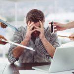 Mann wird von vielen Seiten gestresst