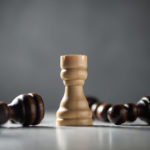 Turm im Schachspiel steht andere Figuren liegen
