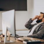 Mann hat Stress im Büro